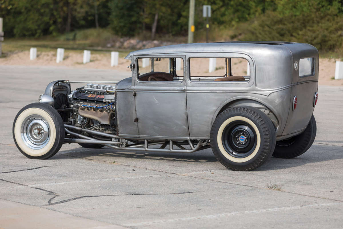 Hot-rod with BMW V12 engine from US 13