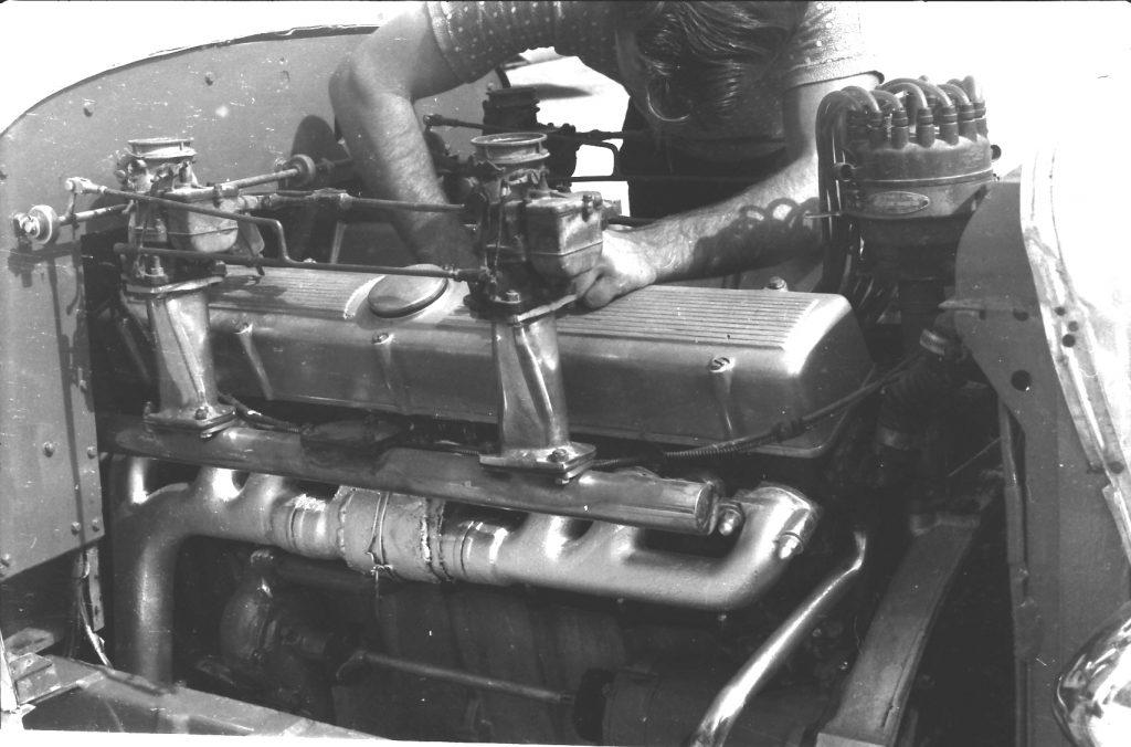 Трамблёр Sweet 16 действительно огромный. И, в отличии от Marmon, у каждого цилиндра этого двигателя свой выпускной канал.