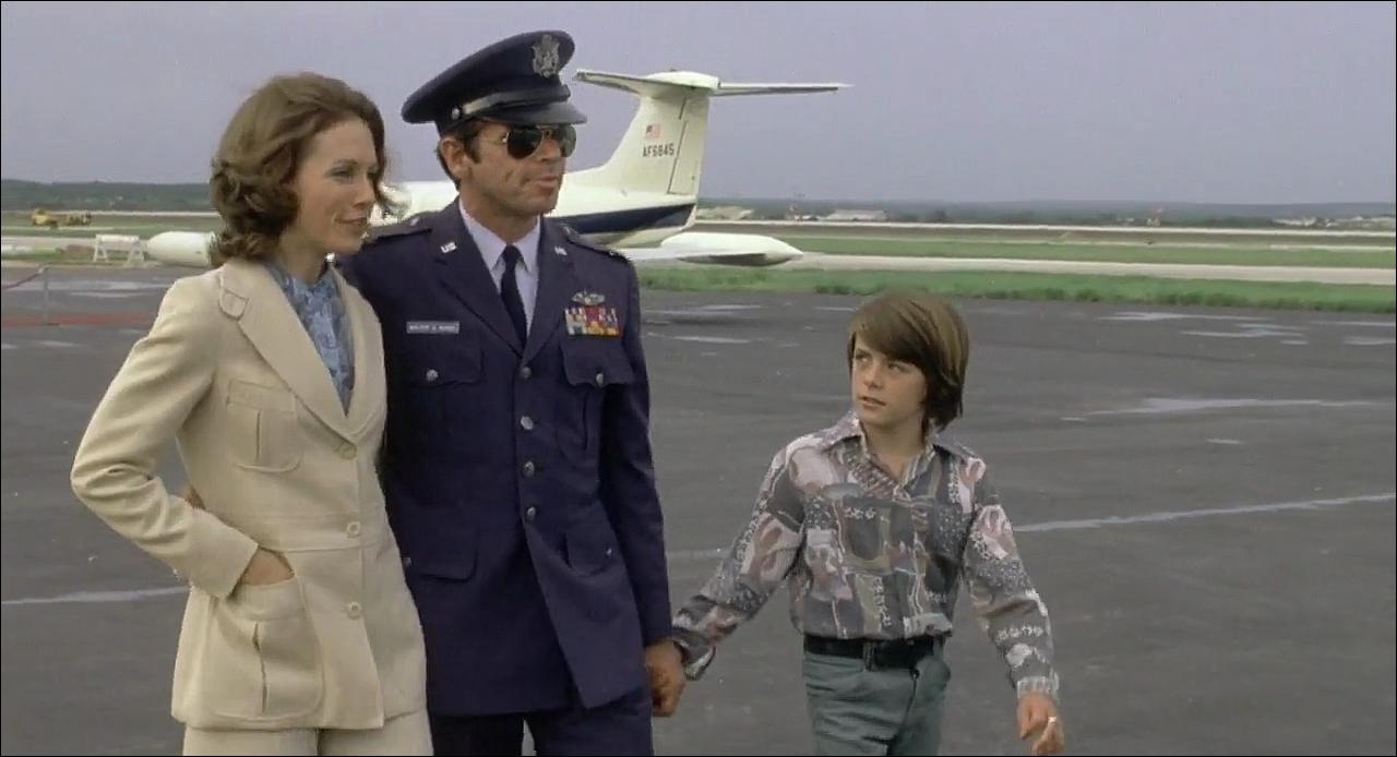 Майор Чарльз Рэйн с семьей, кадр из фильма Rolling Thunder, 1977