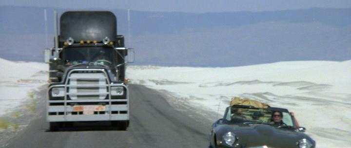 Black Mack in white sands, черный грузовик Mack в белых песках, кадр из фильма Конвой