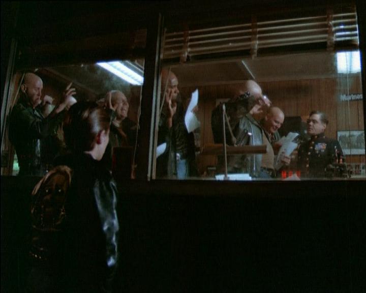банду скинхедов забирают в армию, кадр из фильма Странники 1979