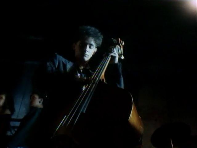 контрабасист, кадр из фильма Красная Жара