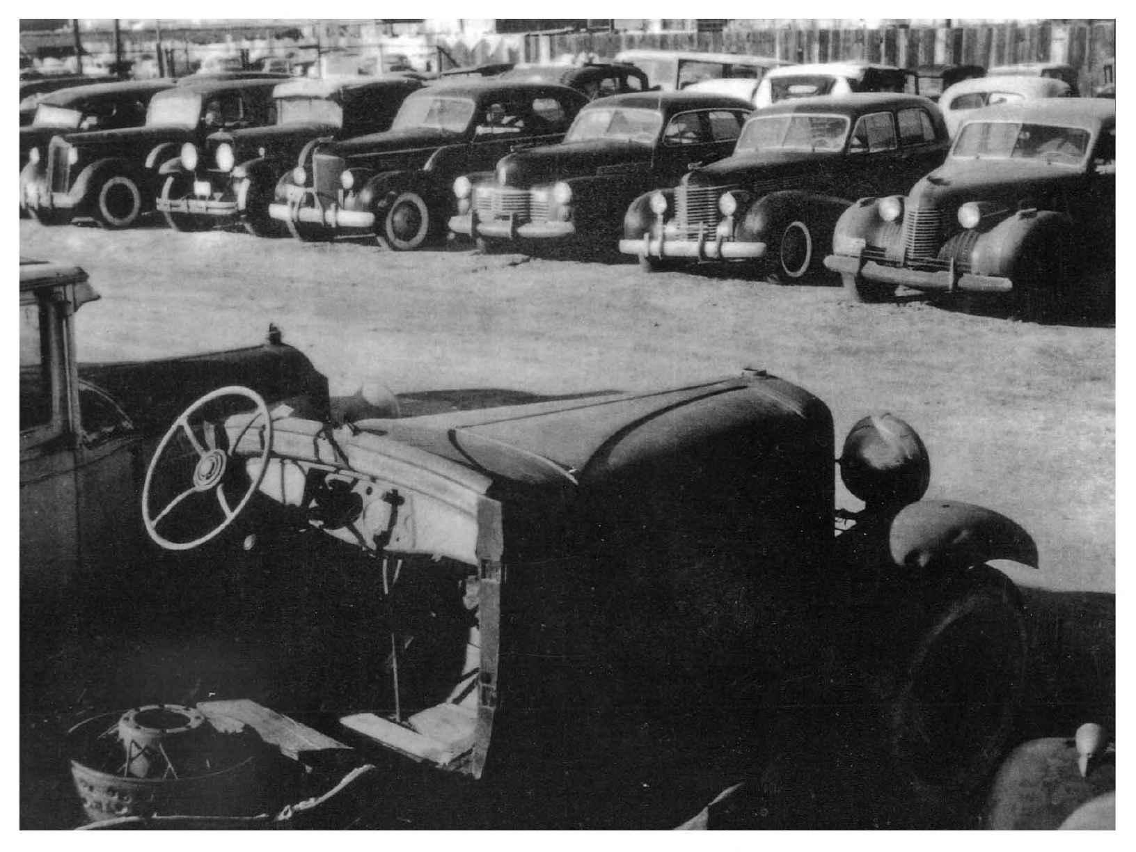Автомобильная свалка 50-ых годов.