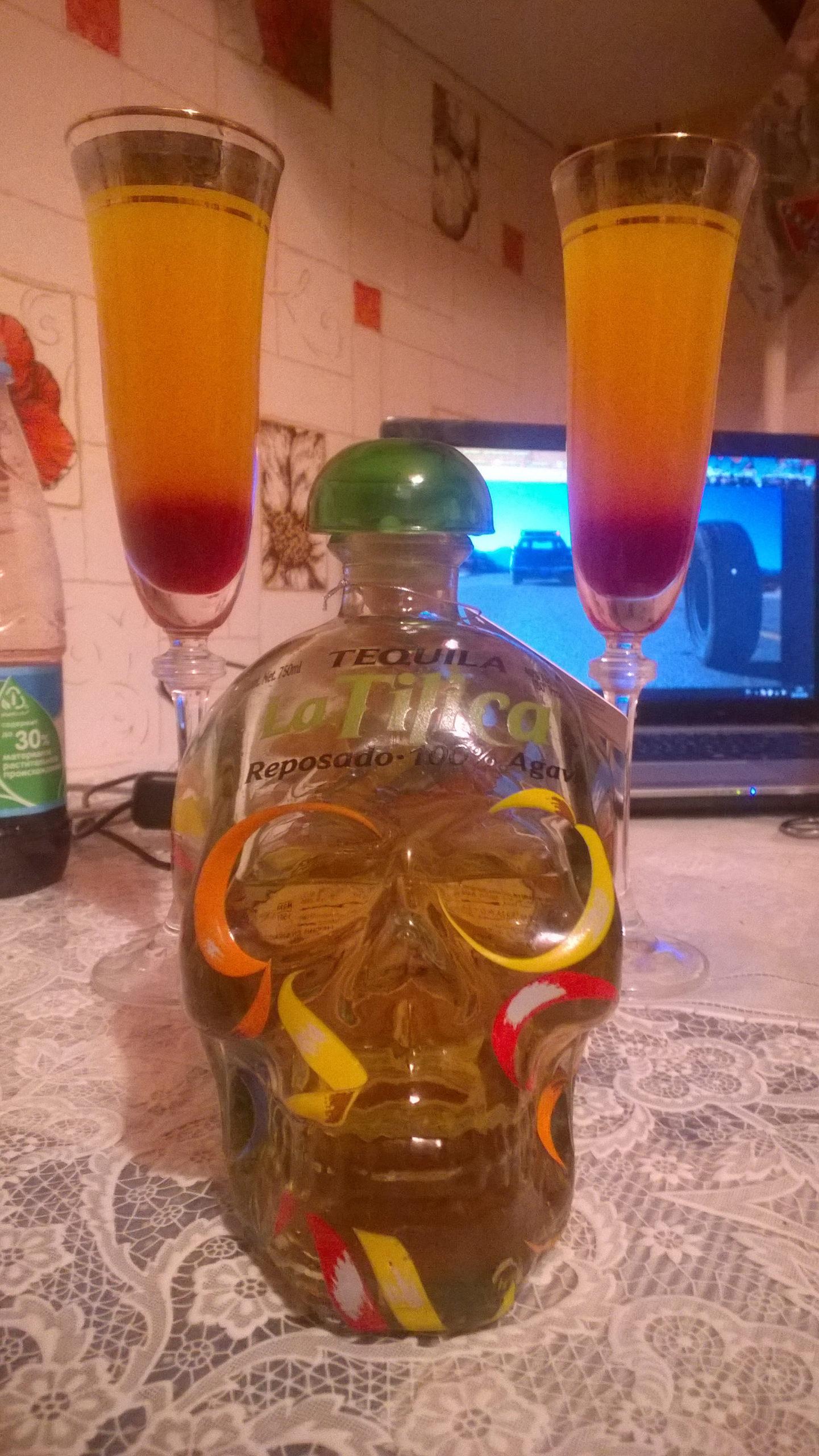 Коктейль Tequila Sunrise, готовый к употреблению.