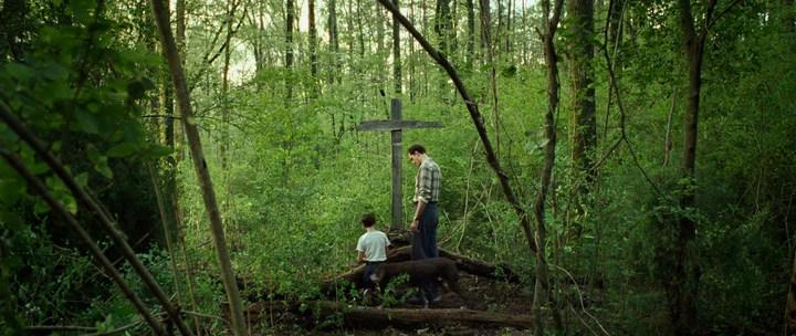 Дьявол Всегда Здесь, кадр из фильма, крест