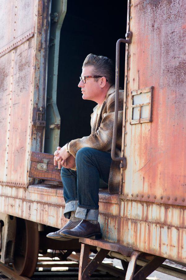 Ли Рокер в вагоне товарняка