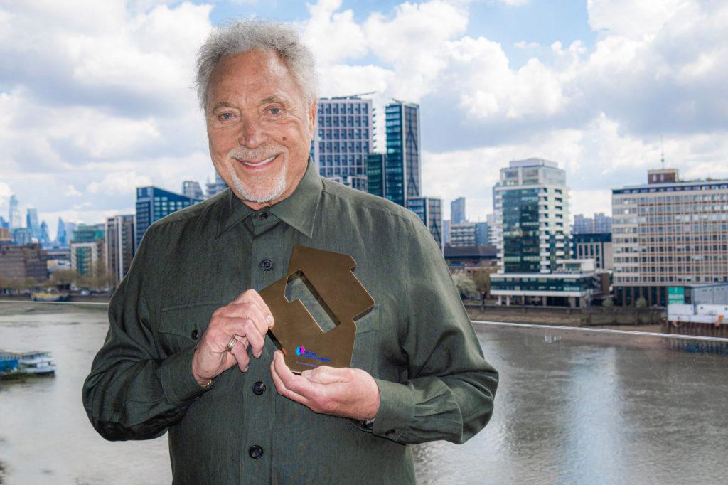 Том Джонс с наградой за 1 место альбома, 2021