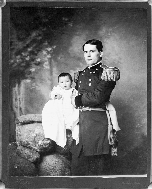 Генерал Леонард Райт Колби с девочкой-сиу Зинткала Нуни, найденной им после бойни у Вундед-Ни